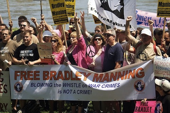 La vida de Bradley Manning (Wikileaks) en la carcel Free-bradley-manning-3